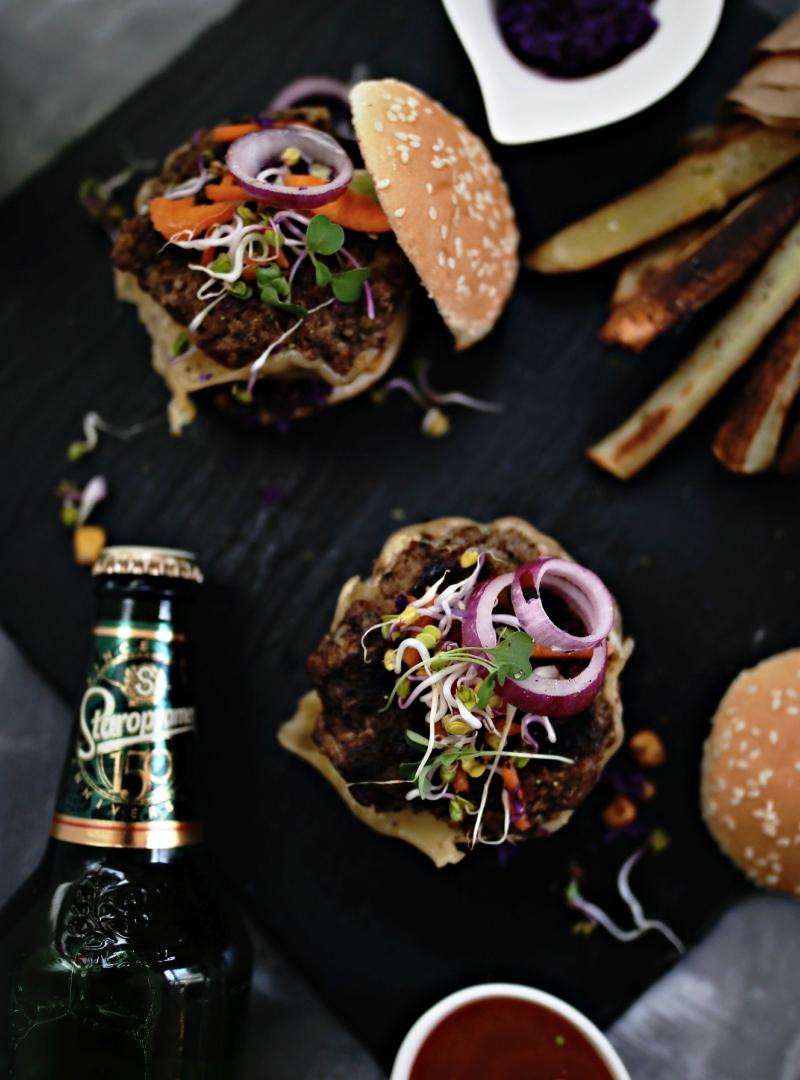 Sočni hamburgeri sa hrskavom mikro salatom i rustikalnim krompirićima