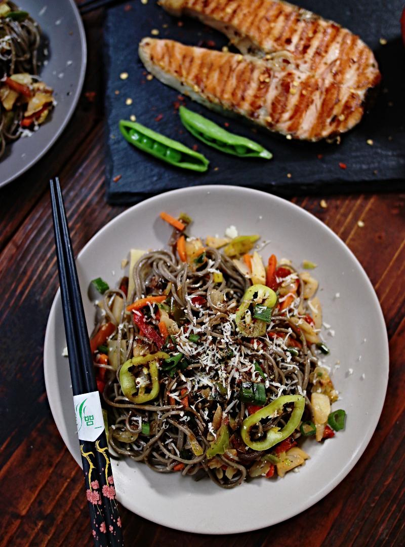Soba tjestenina od heljde sa povrćem i kotletom lososa